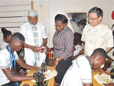 victoire-tomegah-dogbe-et-liu-yuxi-ambassadeur-de-chine-venus-encourager-l-atelier-du-jeune-entrepreneur-ayite-gaba